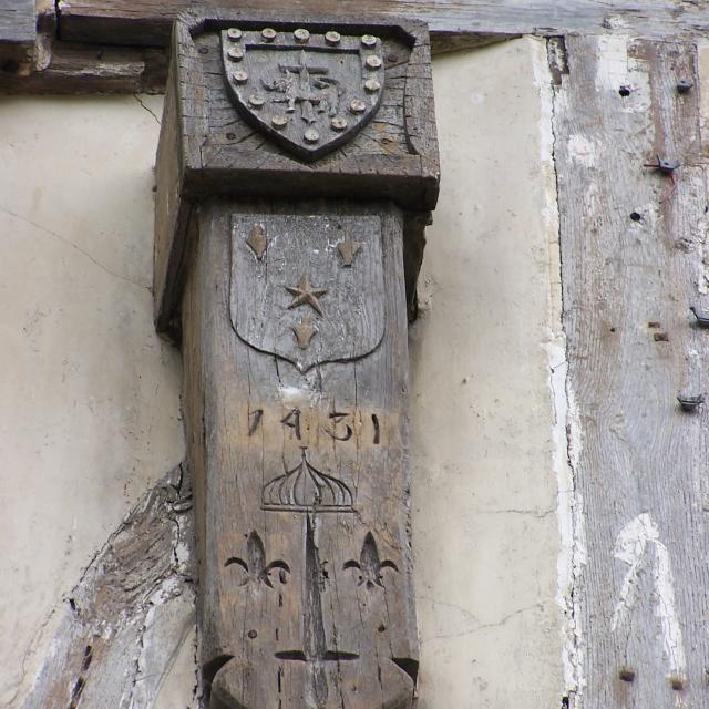 Détail sculpté sur une maison de Louviers