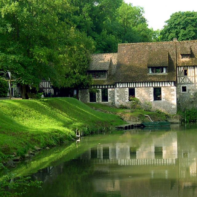 Le moulin dans son écrin de verdure en bord de Seine