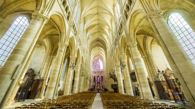 Nef < Cathédrale < Soissons