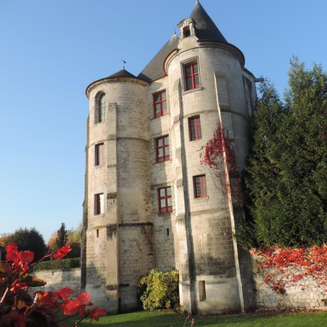 Donjon de Vic-Sur-Aisne < Vic-sur-Aisne