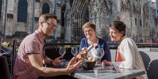 Prendre un verre en terrasse < La Cathédrale < Soissons