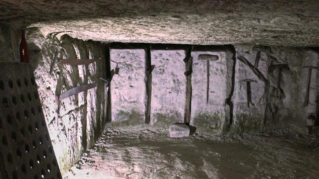 Galerie souterraine -troglodytes à Bourré en Sud Val de Loire - Outils de coupe
