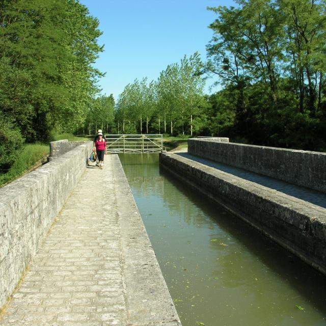 chatillon-accueil-village-pont-canal-aire-pique-nique.jpg