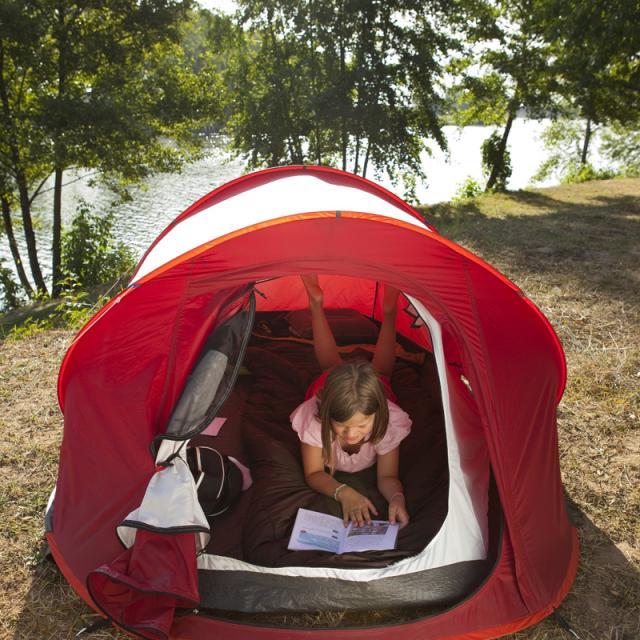 Sous la tente au bord de l'eau