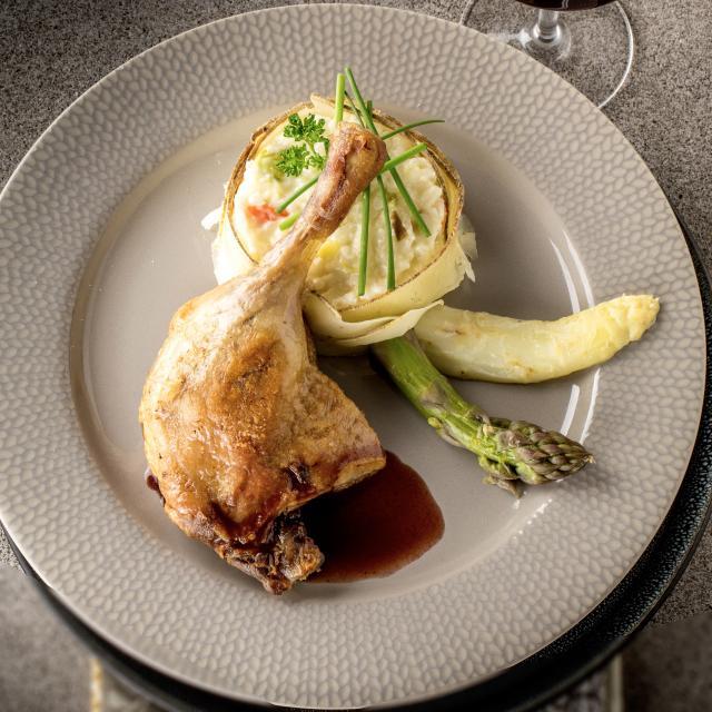 Recette de Cuisse de canard confite, réduction de négrette aux oignons rouges