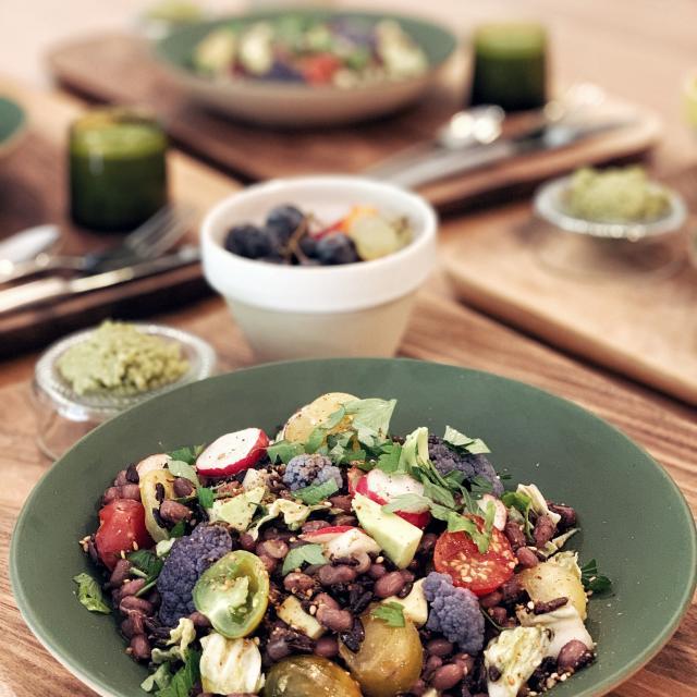 Repas au Domaine de l'Ostalas : salade Azuki, riz noir et légumes crus