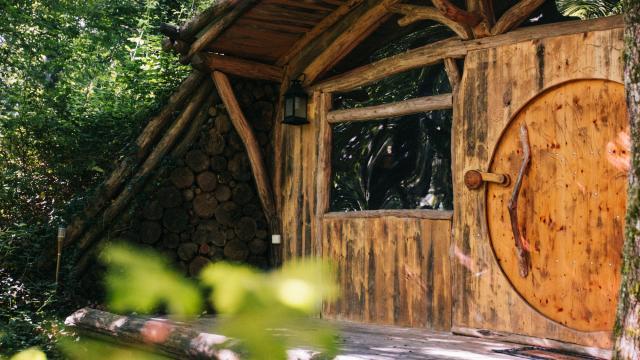 Maison de hobbit à la colline de boutiès