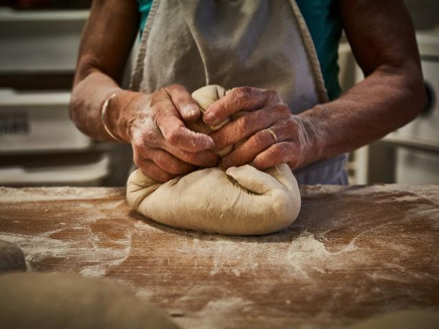 Pétrissage du pain bio - Fournil Vandame