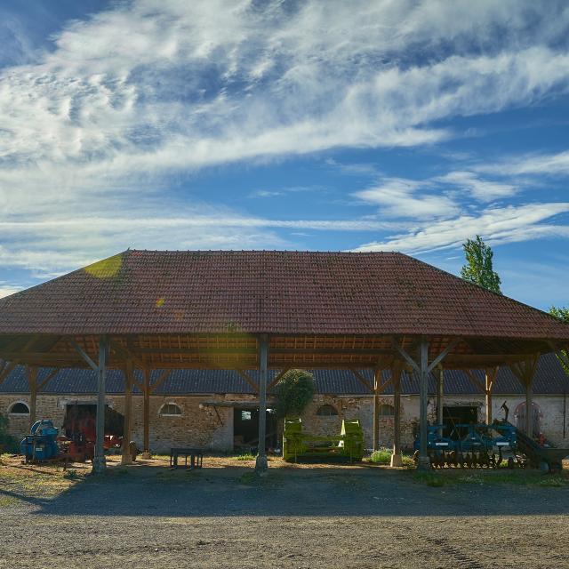 Ferme d'Orsigny - abri et bâtiment de la ferme, engins agricoles