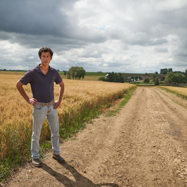 Ferme Du Trou Salé - Julien Thierry à côté d'un champ