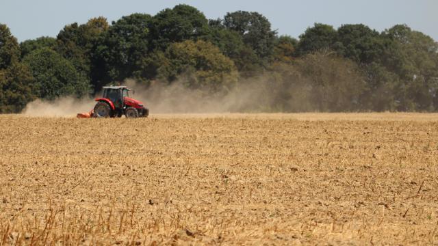 Arvalis - Institut du végétal - tracteur travaillant le sol en surface après la moisson