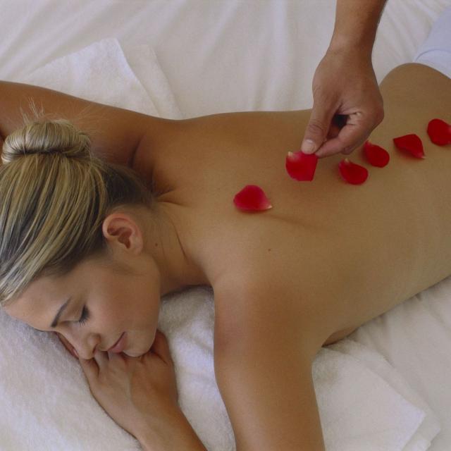Massage avec des pétales Centre de bien-être Evahona