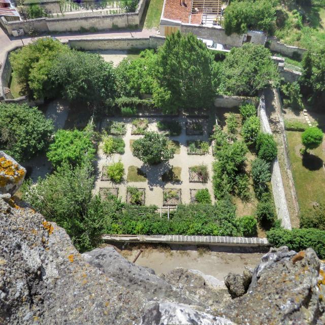 Jardin d'inspiration médiévale vu de la Tour Carrée