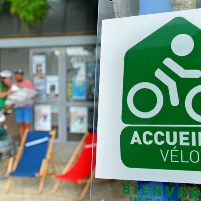 La Velo Francette Pays De Laval Laval (ville) Cp Joel Damase La Velo Francette Mayenne Tourisme 1920px