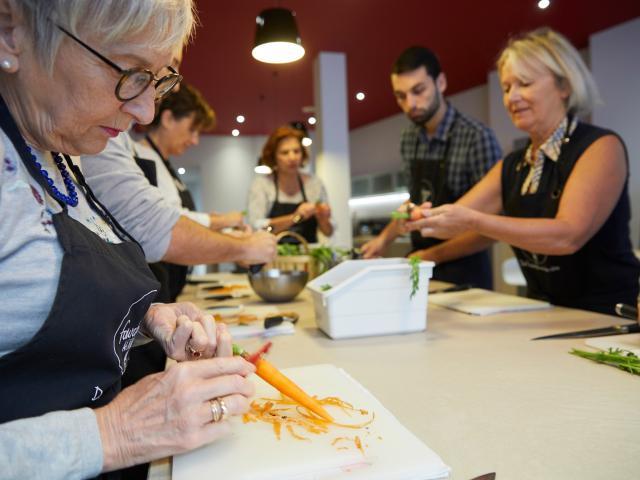 Atelier Cuisine Fourchette Académie - Éplucher les légumes