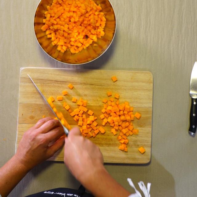 Éplucher et couper le butternut en petits dés