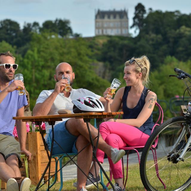 Pause le long de la rivière de la Mayenne à Origné