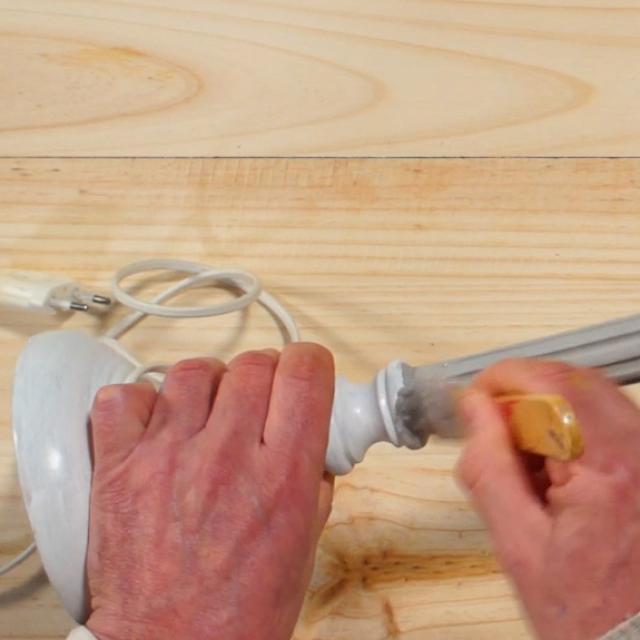 Test Tutoriel Relooker Une Lampe Etape 2 Peindre Le Pied Avec La Peinture Sous Couche Grise Et Laisser Secher Pendant 6h