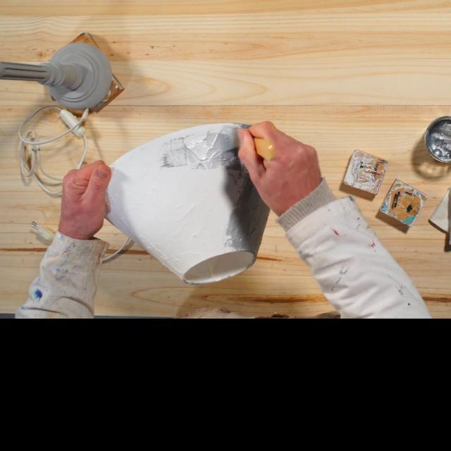 Tutoriel Relooker Une Lampe Etape 3 Etaler La Premiere Couche De Peinture Argent Sur L Abat Jour, Puis Laisser Secher 6h Avant D Etaler La Deuxieme Couche