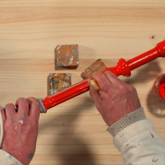 Tutoriel Relooker Une Lampe Etape 4 Peindre Le Pied Avec La Peinture Rouge Mat Et Laisser Secher 6h