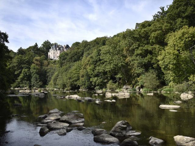 Montgiroux- rivière la Mayenne