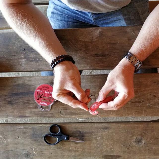 Etape 13 Percer Leu Leurre Par En Dessous Pour Faire Ressortir L Hameçon Par Le Dessus Tuto Pêche Montage Texan