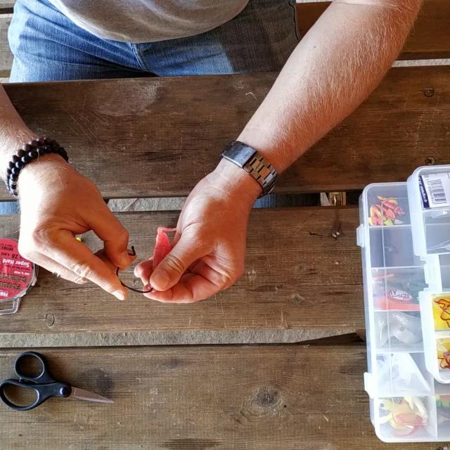 Etape 9 Piquer Le Leurrea L Envers Du Haut Vers Le Bas Sur 5mm Tuto Pêche Montage Texan