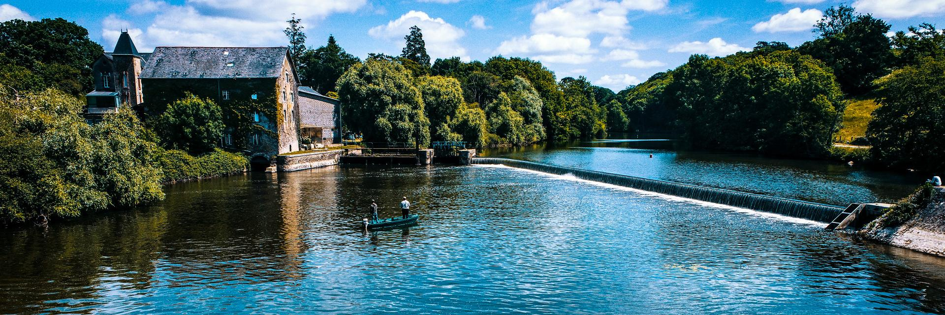 Barque de peche sur la rivière la Mayenne