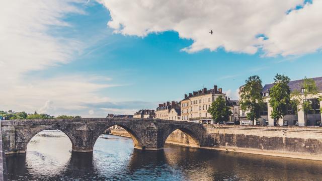 Le Vieux Pont De Laval La Mayenne (riviere) Laval (ville) Cp Jenny Diab Jdroadtrip 1920px