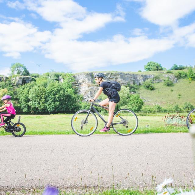 Famille à vélo le long de la pelouse calcaire de Circourt-sur-Mouzon