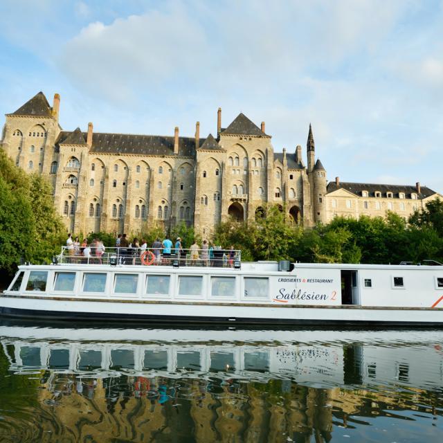 Vue sur l'Abbaye de Solesmes à bord du bateau promenade Le Sablésien