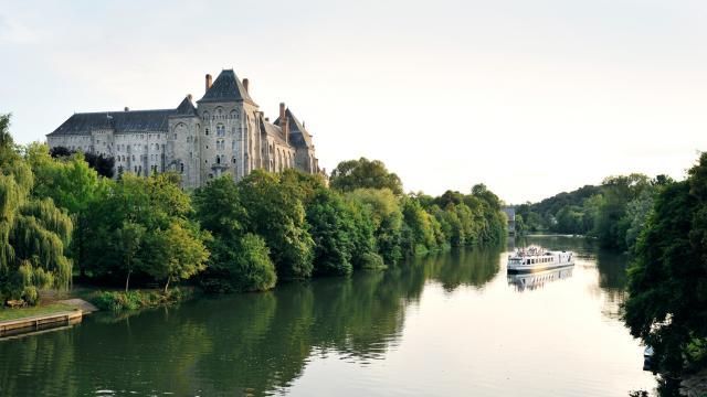 Vue sur l'Abbaye de Solesmes depuis la rivière Sarthe