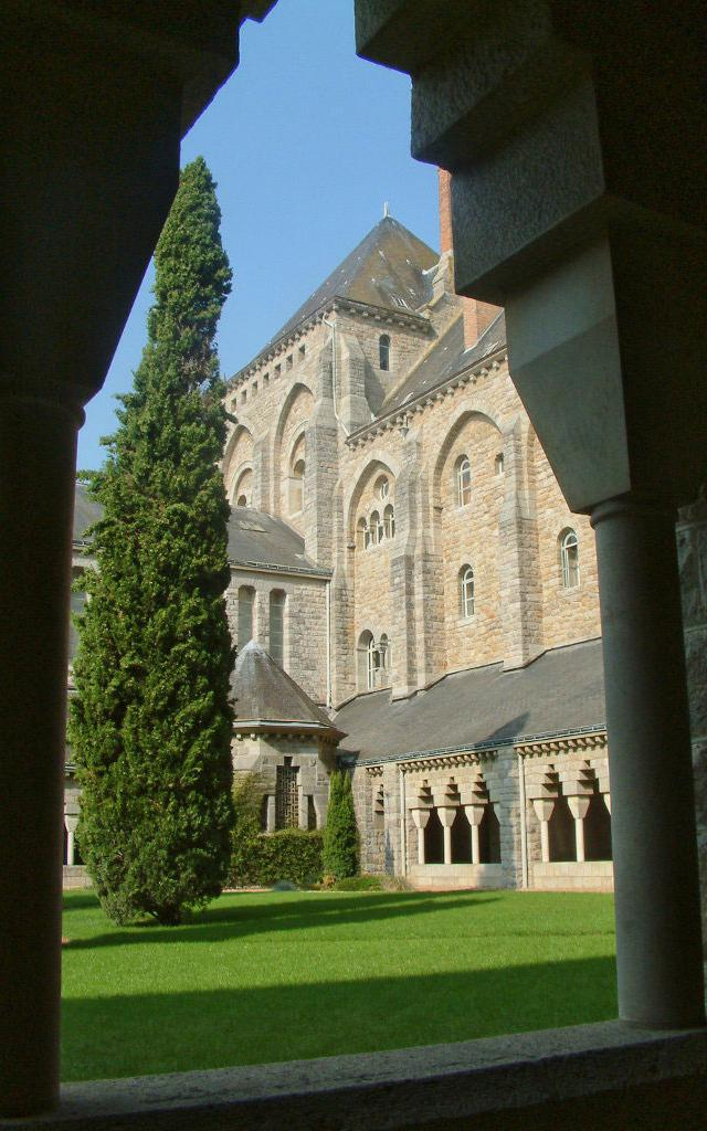 abbaye-de-solesmes-chapelle-et-cloitre.jpg