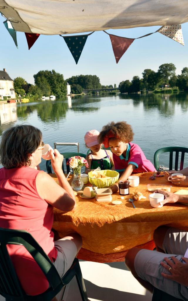 Déjeuner à bord d'un bateau habitable d'Anjou Navigation