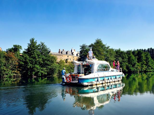 Bateau d'Anjou Navigation navigant sur la rivière Sarthe