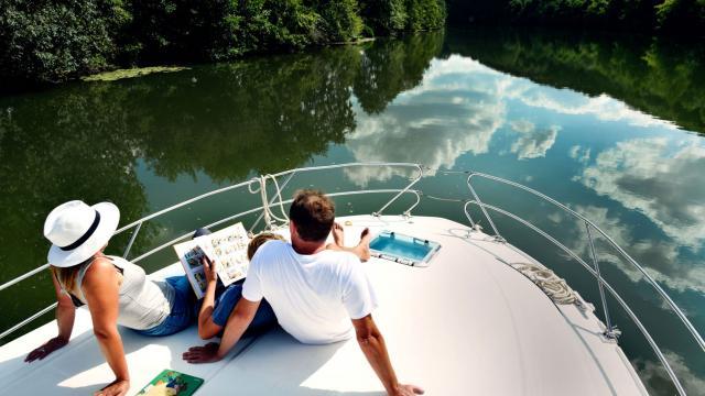 Bateau d'Anjou Navigation sur la rivière Sarthe