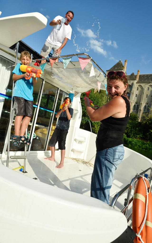 Ambiance joyeuse à bord d'un bateau habitable d'Anjou Navigation