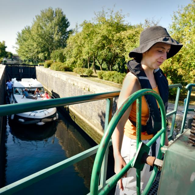 Passage d'une écluse avec un bateau habitable d'Anjou Navigation