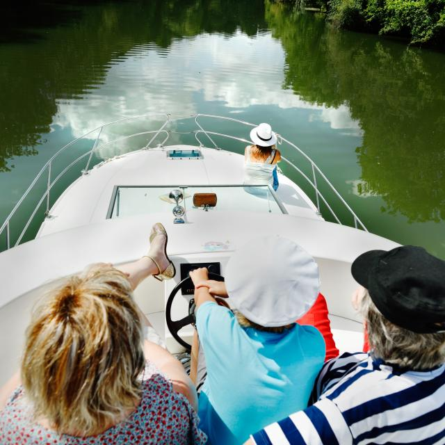 Pilotage sur le pont d'un bateau habitable d'Anjou Navigation de Sablé-sur-Sarthe