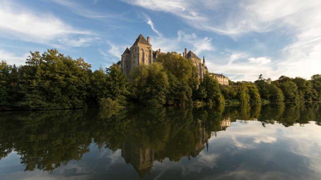 L'Abbaye de Solesmes surplombant la rivière Sarthe -Vue de Juigné-sur-Sarthe