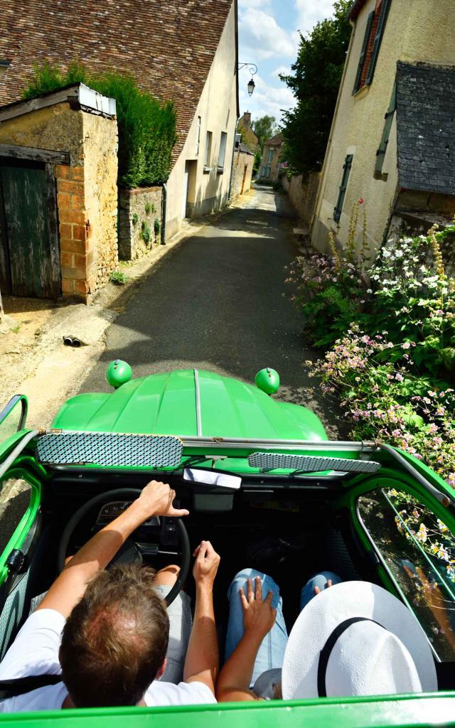 Rue d'Asnières sur Vègre avec Suzette la 2 Chevaux