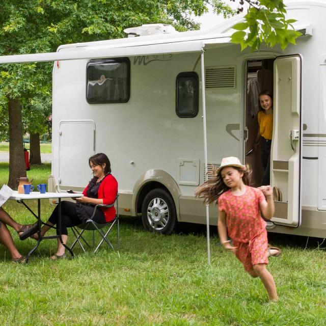 Touristes en Camping-car à La Suze-sur-Sarthe près de la rivière Sarthe