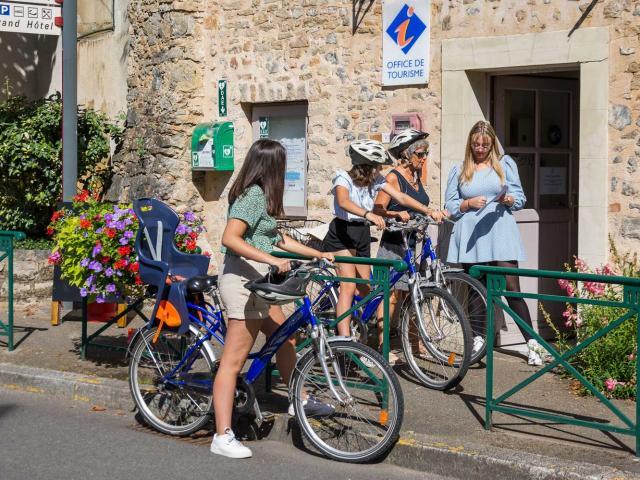 Touristes à vélo à Solesmes
