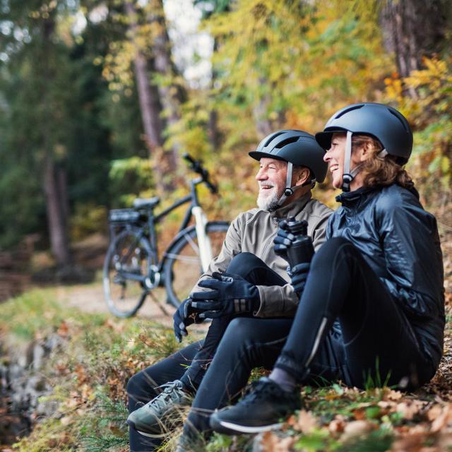 Couple vélo forêt nature