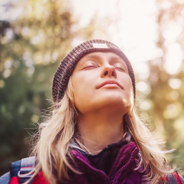 Femme respirant en pleine nature