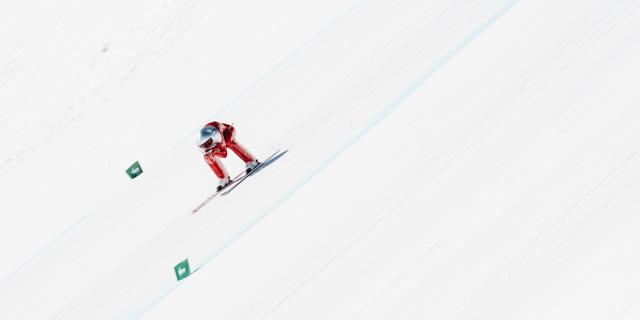 Simon Billy, skieur français le plus rapide, en run sur la piste de ski de vitesse de Vars