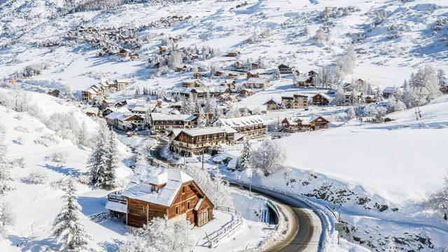 Vars Sainte Marie, porte d'entrée du domaine skiable et petit village où il fait bon vivre