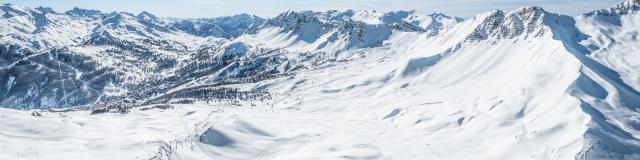 Domaine skiable de Vars avec les majestueuses crêtes de l'Eyssina et de Chabrières
