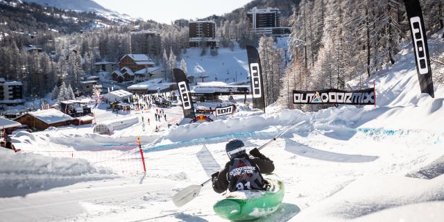 Kayak sur neige lors de l'Outdoormix Winter Festival