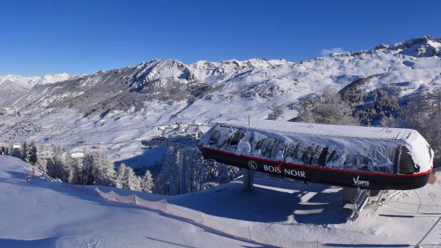 Vars Peynier, vue splendide sur la station et le domaine skiable